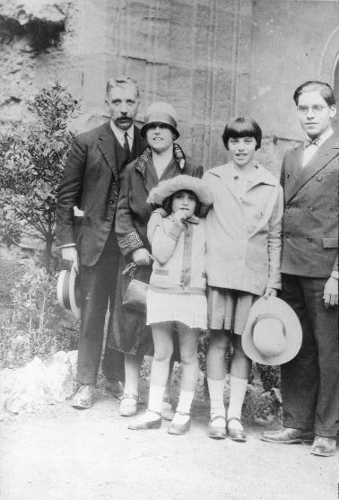 La família Sugrañes de Franc a Montserrat: Els pares Domènec i Xaviera amb els seus fills Ramon, Montserrat i Concepció.
